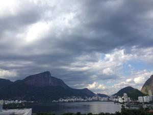 Céu ficou encoberto na Lagoa Rodrigo de Freitas (Foto: Káthia Mello / G1)