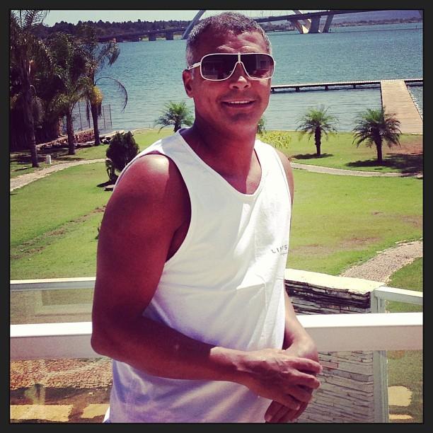 Depois de cirurgia, Romário posta foto sorridente em rede social