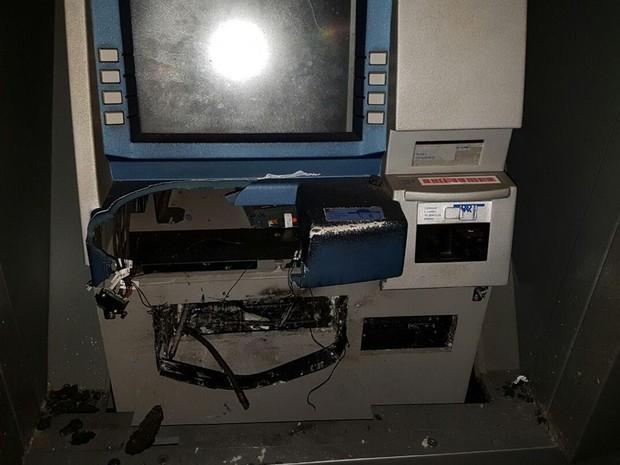 Caixa eletrônico ficou destruído em Icém (Foto: Reprodução / TV TEM)