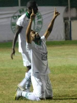 Evandro meia-atacante Mamoré Araxá gol meio de campo (Foto: TV Sapo/Divulgação)