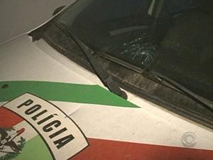 Carro da Polícia Civil foi atingido por disparos  (Foto: Reprodução/RBS TV)