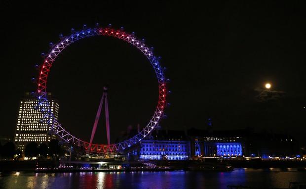 London Eye iluminada para o nascimento do bebê real (Foto: Agência Reuters)