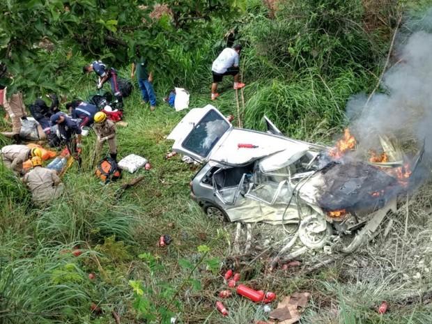 Homem morre em acidente na GO-213, em Caldas Novas, Goiás (Foto: Zuhair Mohamad/ O Popular)