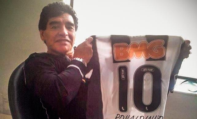 Ronaldinho posta foto de Maradona com a camisa do Atlético-MG (Foto: Reprodução \Facebook)