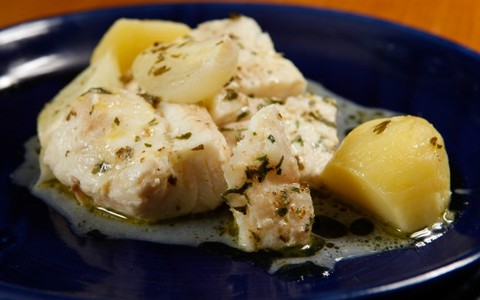 Filé de badejo assado com cebolas e batatas