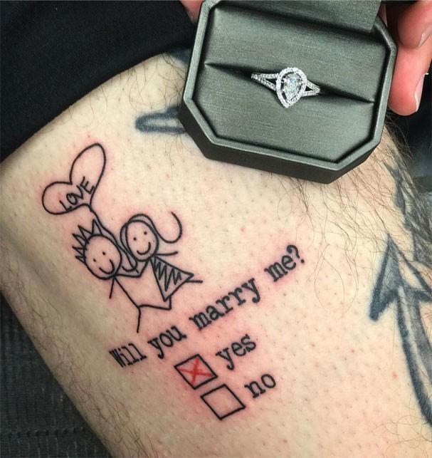 Tatuador faz desenho na perna para pedir namorada em casamento (Foto: Reprodução/Instagram)