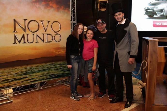 Max posou ao lado de um dos modelos, com a família (Foto: Luiz Renato Corrêa/RPC)