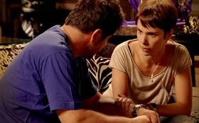 Jorginho flagra Nina segurando a mão de Tufão e fica surpreso