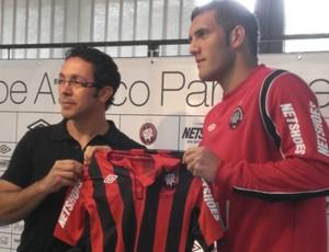 Atacante Fernandão é apresentado pelo Atlético-PR (Foto: Fernando Freire/GLOBOESPORTE.COM)