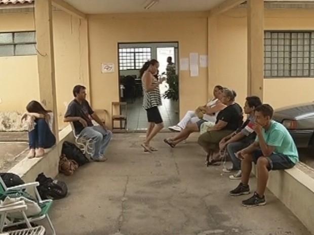 Candidatos, pais e avós viraram a madrugada no prédio da Diretoria de Ensino (Foto: Reprodução/TV TEM)
