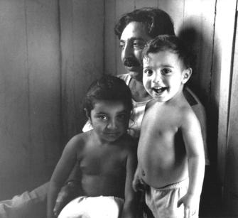 Chico Mendes em sua casa, em Xapuri (AC), com seus dois filhos, Elenira e Sandino Mendes (Foto: Reprodução/Wikipedia)