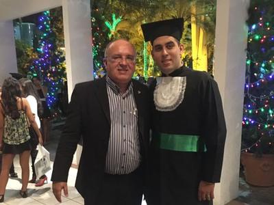 O professor do curso de Direito da Unifor, Antonio Delano e seu filho, Delano Tavares, durante a colação de grau em Educação Física, no ano de 2015. (Foto: Arquivo pessoal)
