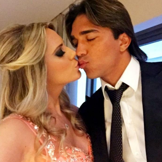 Marcelo Moreno e Marilisy Antonelli registraram momento romântico antes da festa (Foto: Reprodução/Instagram)