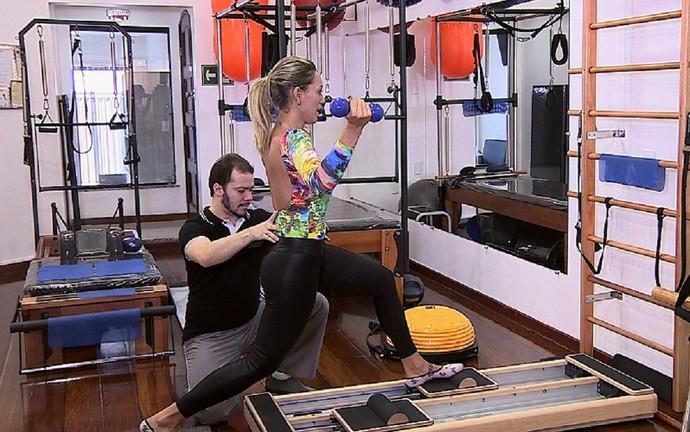 Fernanda Pinheiro encara uma aula de pilates funcional (Foto: TV Sergipe)