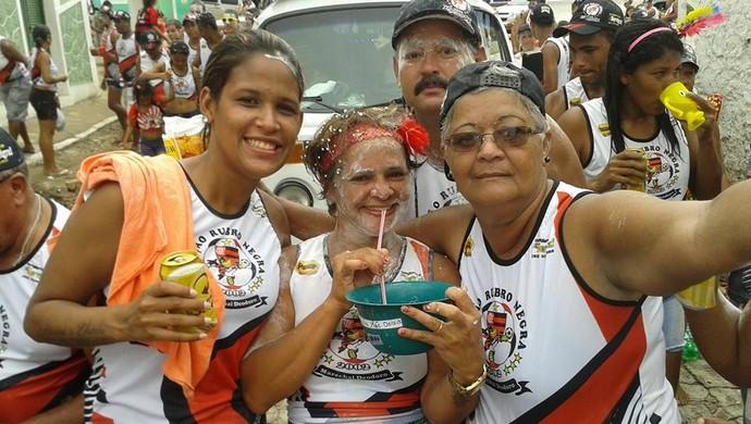 Foliã arruma um jeito diferente de tomar cerveja no bloco do Flamengo em Marechal Deodoro (Foto: Bethy Fernandes / Cortesia)
