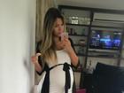 Adriana Sant'Anna faz selfie com roupa justa marcando o barrigão