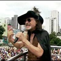 Alceu Valença leva multidão a bloco (Reprodução/GloboNews)
