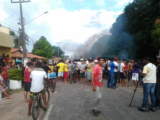 Cerca de 100 pessoas protestam por melhorias na Raposa (MA) (Foto: Jacelena Dourado/Imirante)