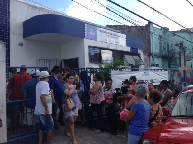 População aguarda atendimento na Unidade de Saúde da Damília Úrsula Catharino (Foto: Juliana Almirante/G1 Bahia)