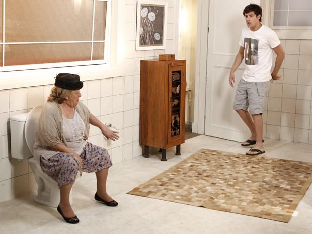 Médium vê senhora no banheiro (Foto: Fábio Rocha/Gshow)