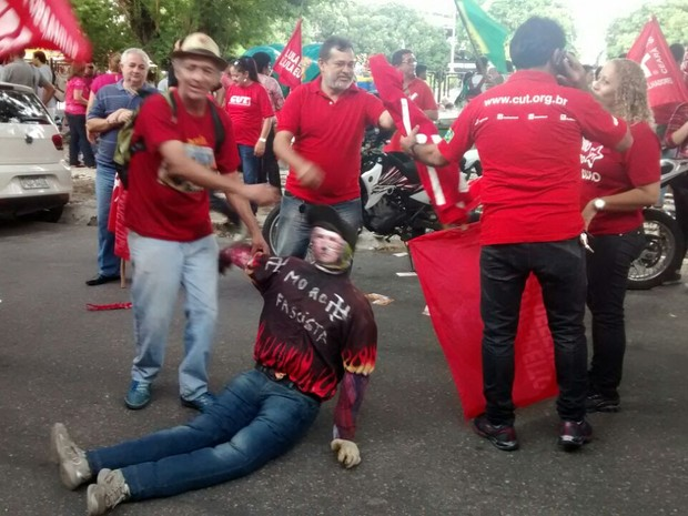 Manifestante levou boneco representando o juiz Sérgio Moro (Foto: Andre Teixeira/G1)