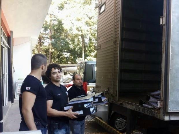 Foi preciso um caminhão para levar todos os documentos apreendidos (Foto: Reprodução EPTV)