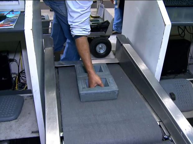 Fiscal do Ipem testa balança de check in do aeroporto de Congonhas (Foto: TV Globo/Reprodução)