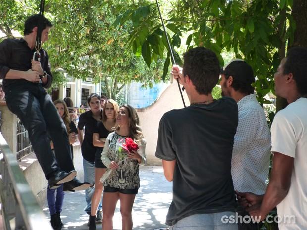 Ele é amparado pelos amigos (Foto: Malhação / TV Globo)