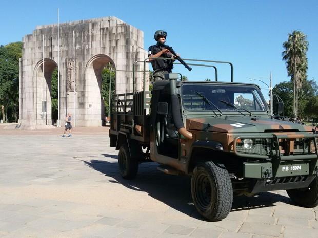 Na manhã desta quinta-feira (24), profissionais do Exército já estavam na Redenção (Foto: Juliano Chimenes/RBS TV)