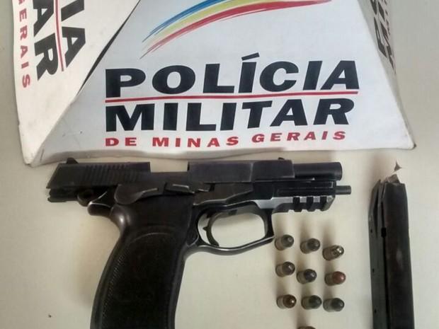 Arma foi encontrada em um compartimento falso atrás do porta-luvas do carro (Foto: Polícia Militar/Divulgação)