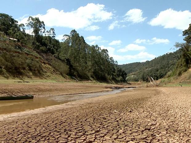 Rio Santa Maria da Vitória está praticamente seco (Foto: Reprodução/ TV Gazeta)