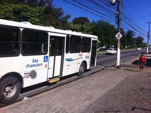 Ônibus da empresa São Francisco é assaltado por dois homens armados (Foto: Fabiana Mutiis/G1)