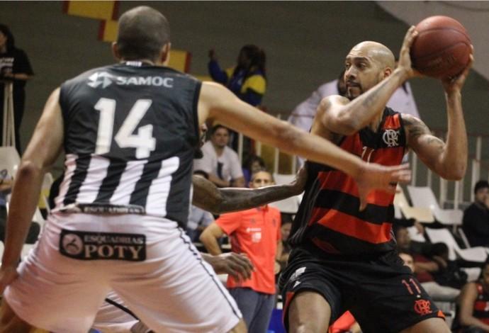 Marcelinho, marcado pelos alvinegros, tenta jogada ofensiva pelo Flamengo (Foto: Gilvan de Souza / Flamengo)