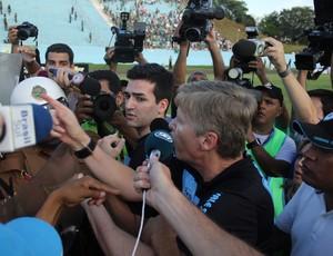 Sergio Malucelli, gestor do Londrina, ameaça o árbitro da partida entre Londrina e Coritiba (Foto: Fernando Araújo)