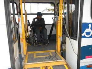 Cadeirante relata problemas em frota de ônibus em Itanhaém, SP (Foto: Maximiliano Cavalcante da Silva/ VC no G1)
