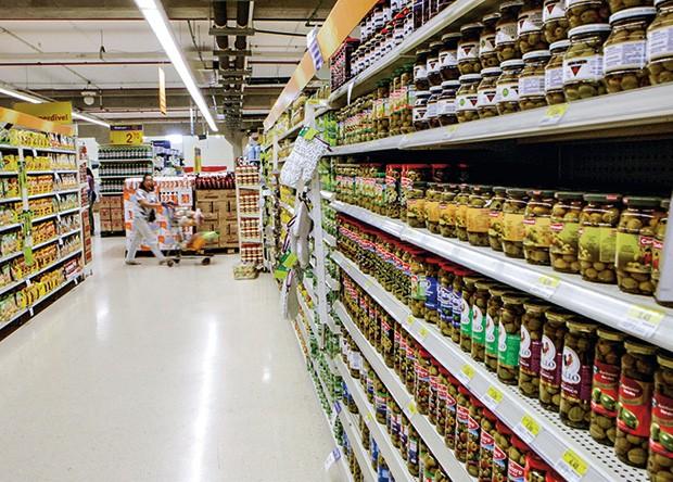 Empresa;Consumo;Walmart;corredores de um supermercado do Walmart (Foto: Agência O Globo)