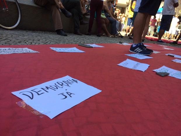 Em frente à Igreja da Candelária, local de concentração dos manifestantes desde as 10h, um tapete vermelho simulando o de Cannes (Foto: Gabriel Barreira / G1)