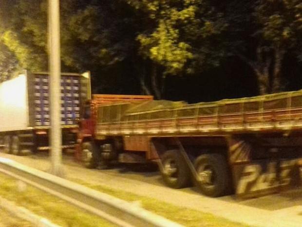 Bebidas foram encontradas em caminhões na BR-101 (Foto: Divulgação / PRF)