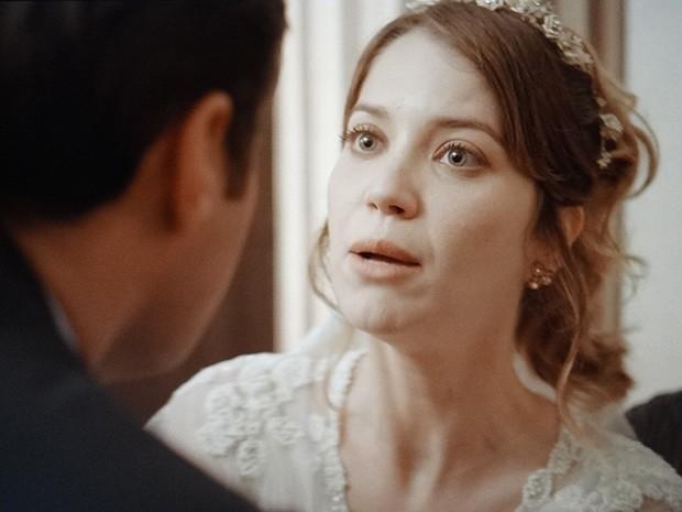 Laura se lembra da noite com Caíque e desiste de se casar com Marcos (Foto: TV Globo)