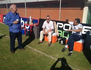 Dirigentes Romildo Bolzan e Nestor Hein (C) conversam com Luxa antes de treino (Foto: Vitor Rodriguez/Grêmio FBPA)