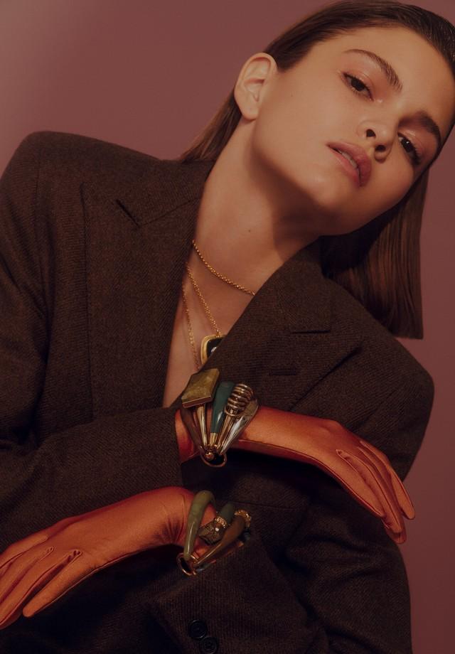 Blazer, R$ 15.400, Ralph Lauren. Colares, R$ 2.450 cada, e braceletes, R$ 12 mil cada, ambos Dior; luvas, R$ 40, Luvaria Gomes (Foto: Rafael Pavarotti)