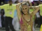 Maria Bethânia desfila no chão após falha (Rodrigo Gorosito/G1)