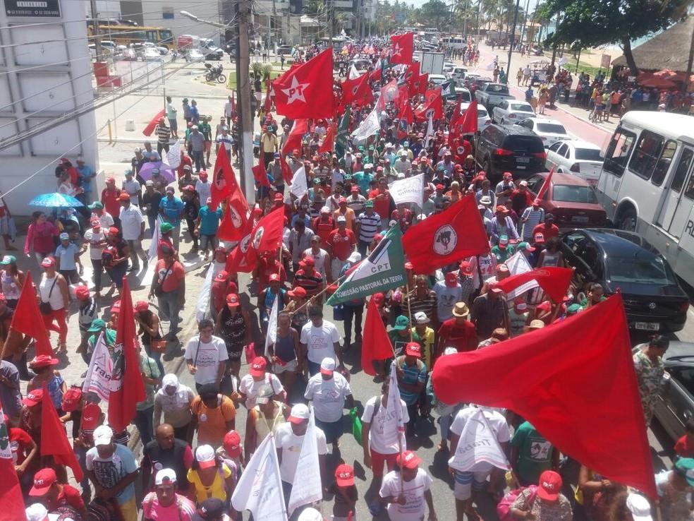 Trabalhadores e movimentos sociais e sindicais ocuparam parte da avenida da orla durante manifestação em Maceió (Foto: Suely Melo/G1)