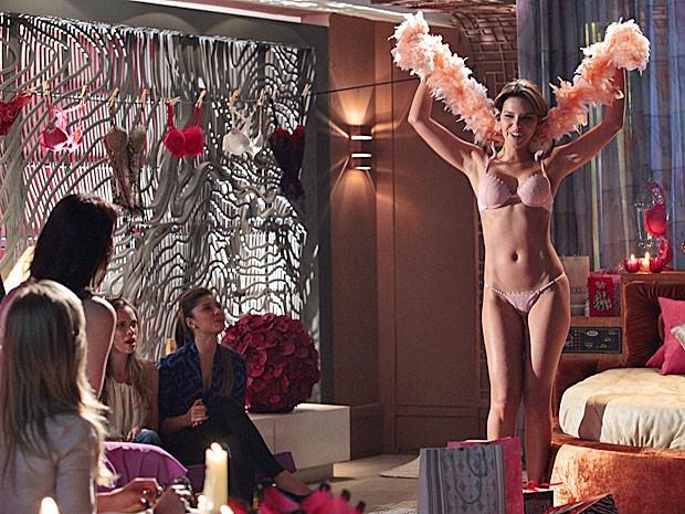 Drika arrasa vestindo as peças que ganha no chá de lingerie (Foto: Salve Jorge/TV Globo)