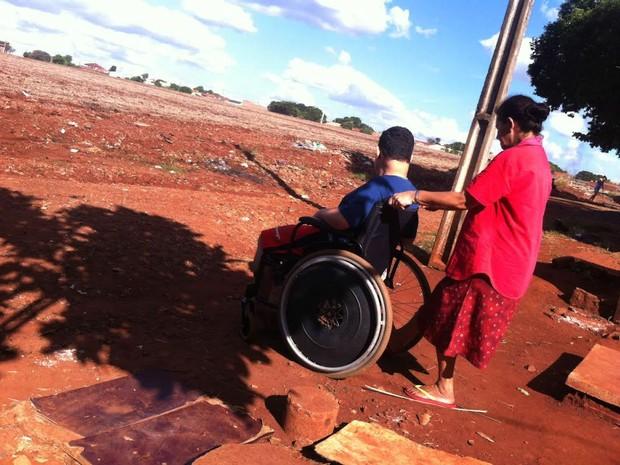 Aparecida empurra a cadeira de um dos filhos, Anderson (Foto: Erick Gimenes/G1)