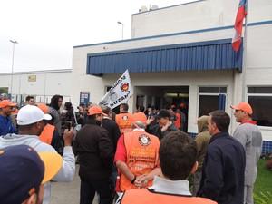 Manifestantes entraram na empresa para que funcionários deixassem trabalho, em Mogi. (Foto: Pedro Carlos Leite/G1)