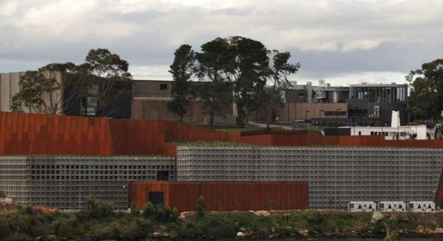 Este museu, na Tasmânia, foi inaugurado em janeiro de 2011. É o maior museu privado na Austrália. Não há janelas e a atmosfera é deliberadamente perturbadora e ameaçadora. (Foto: BBC)