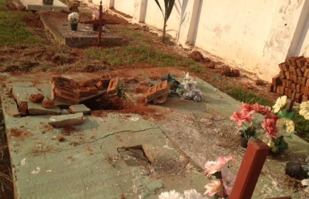Cova onde foi enterrada a idosa em Araçu, Goiás (Foto: Sílvio Túlio/G1)