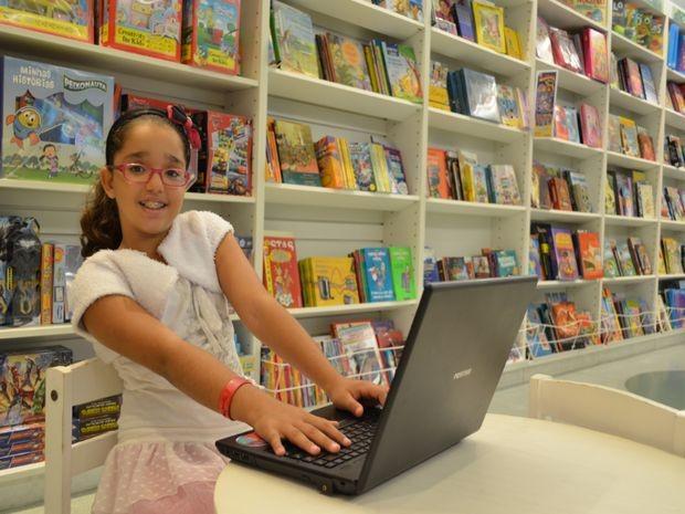 Contar histórias é antes de tudo uma diversão para Alice (Foto: Marina Fontenele/G1)