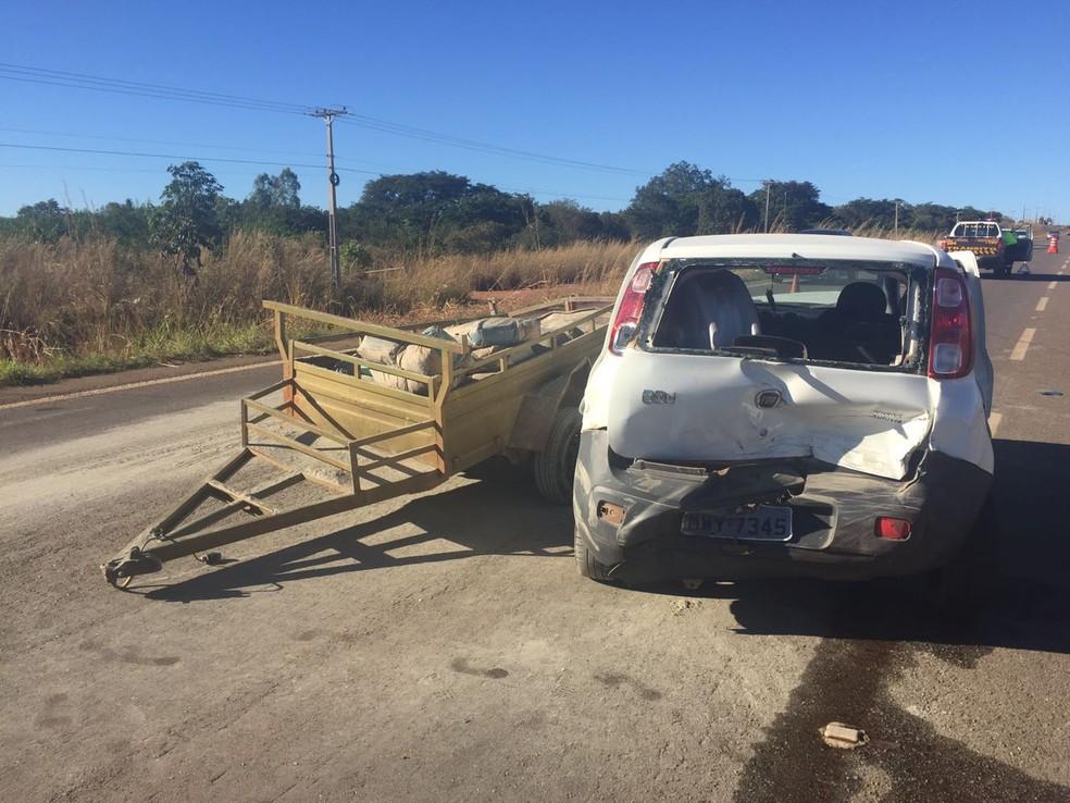 Pneu de carreta teria furado e causado acidente (Foto: Foto: Mary Araújo/Divulgação)